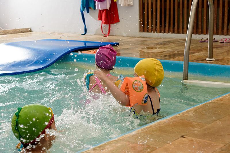 Aula de natação na creche