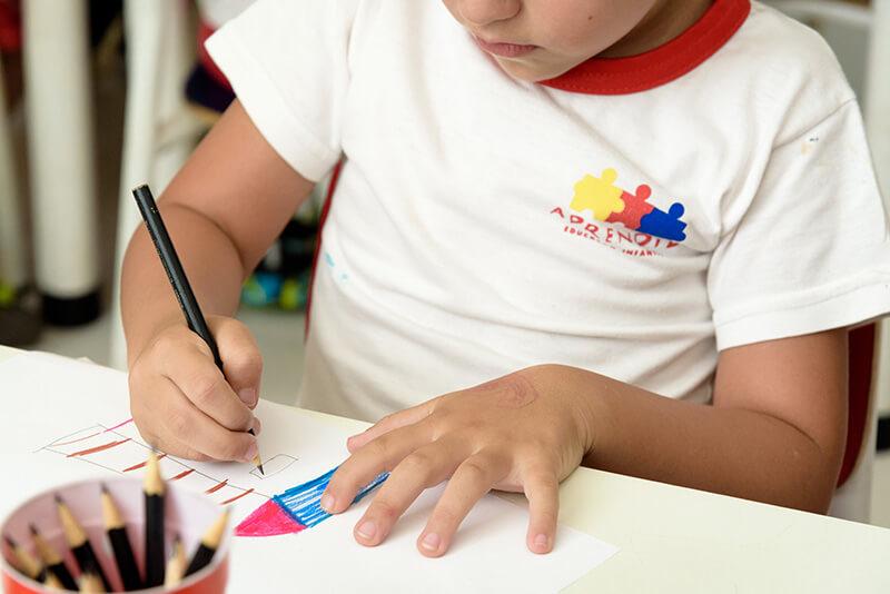 Criança também aprende desenhando