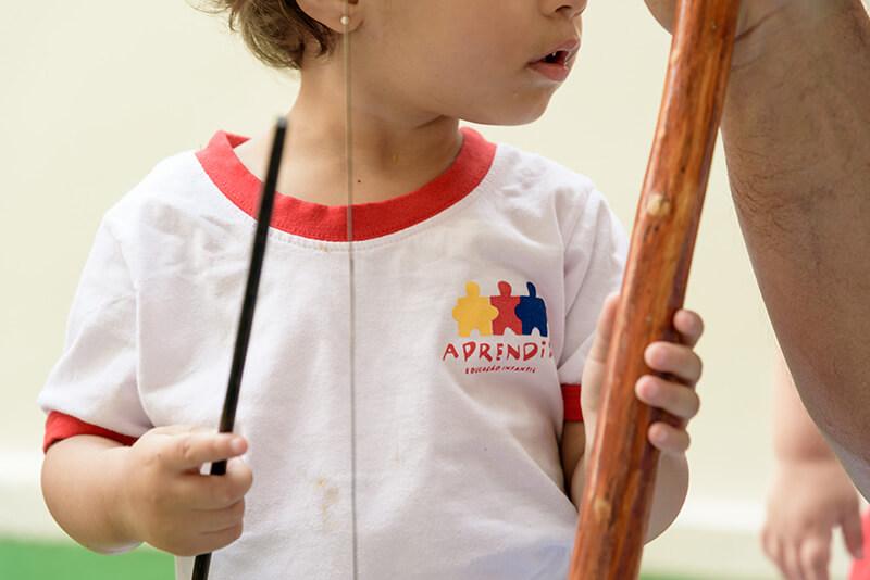 Criança tocando berimbau