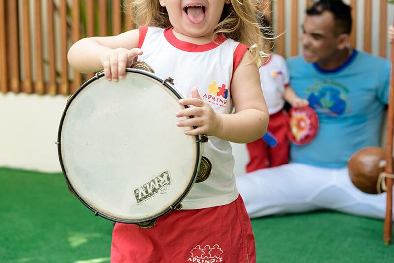 Criança tocando um instrumento